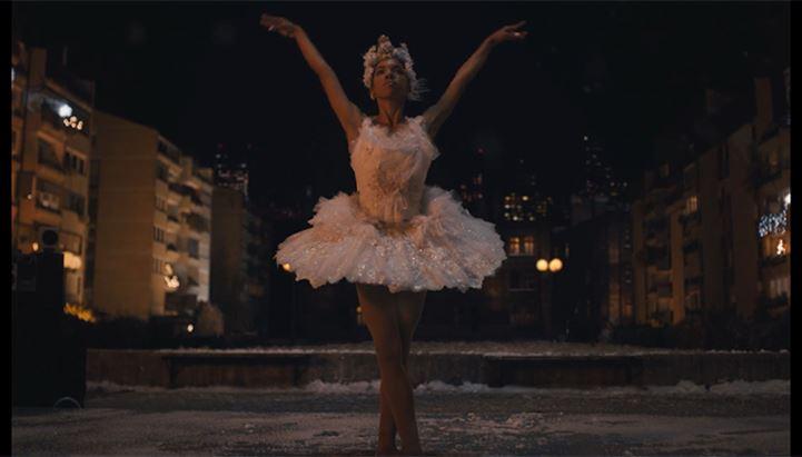 Un frame del nuovo spot natalizio di Amazon con Taïs Vinolo