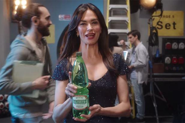 Un frame del nuovo spot di Acqua Uliveto con Maria Grazia Cucinotta