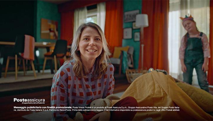 Un frame dallo spot Poste Italiane dedicato a Poste Assicura