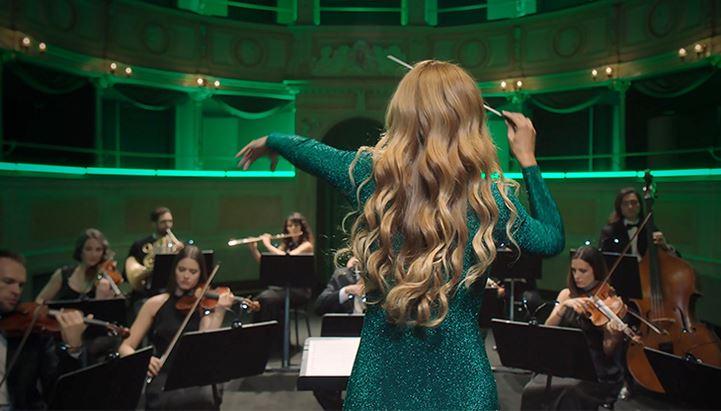 La direttrice d'orchestra Beatrice Venezi è la testimonial del nuovo spot Bioscalin