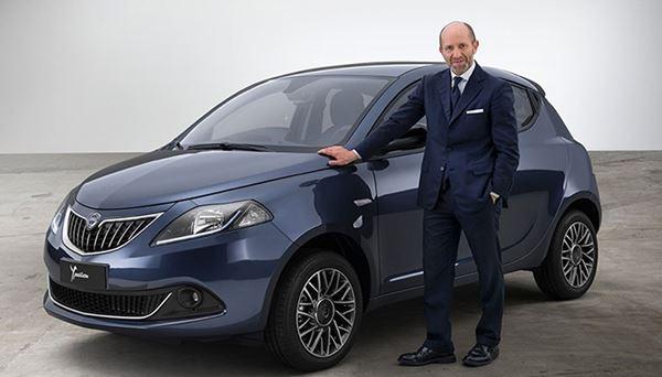 Luca Napolitano, CEO di Lancia, accanto alla Nuova Ypsilon