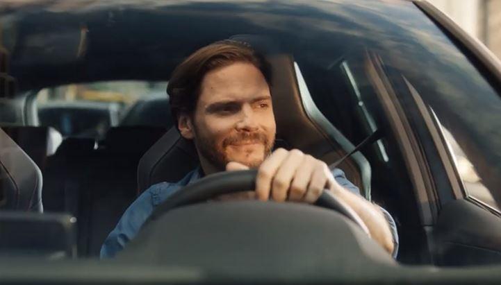L'attore Daniel Brühl nel nuovo spot di Cupra Leon e-HYBRID