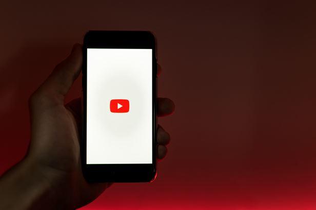 """YouTube aggiorna i termini di servizio (Foto di <a href=""""https://unsplash.com/@vmxhu?utm_source=unsplash&utm_medium=referral&utm_content=creditCopyText"""">Szabo Viktor</a> su <a href=""""https://unsplash.com/s/photos/youtube?utm_source=unsplash&utm_medium=referral&utm_content=creditCopyText"""">Unsplash</a>)"""