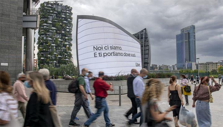 Un'immagine della campagna Uber in esterna a Milano