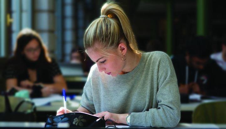 Una studentessa della Cattolica ritratta da Nicolas Tarantino