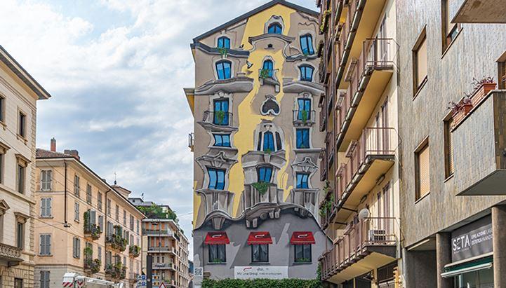 """Il murales della casa """"alla Gaudì"""" di Corso di Porta Romana a Milano"""