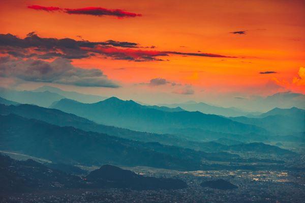 Cielo al tramonto sulla città di Pokhara, Nepal. Foto di Volodymyr Goinyk   @123RF.com