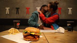 Un'immagine della nuova campagna pubblicitaria KFC per il Kiss Burger